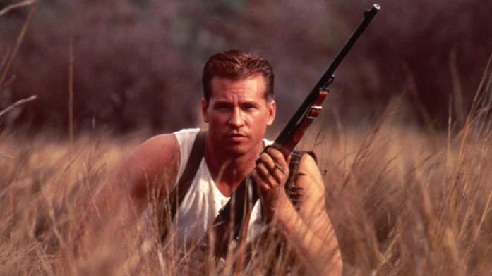 Val Kilmer in una scena del film Spiriti nelle tenebre