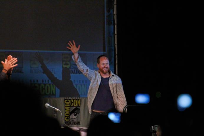 Joss Whedon saluta il pubblico del Comic-Con