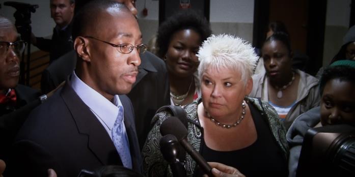 Sean K Ellis e il suo avvocato parlano con i giornalisti