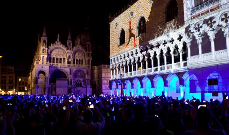 Piazza San Marco gremita di fan per l'evento di Far From Home
