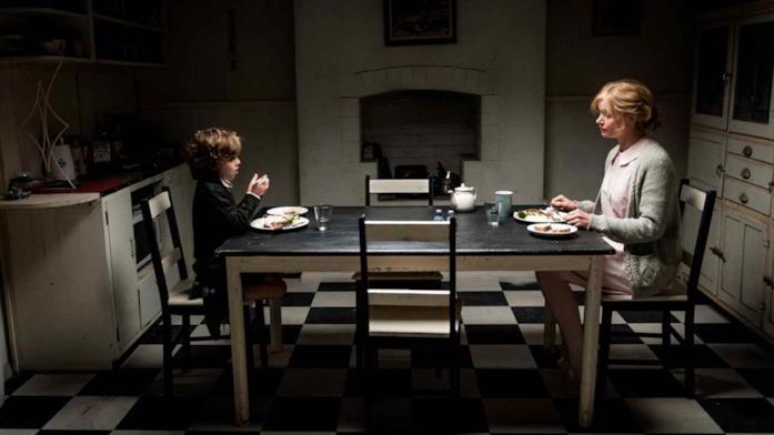 Amelia e Samuel mangiano in una cucina buia