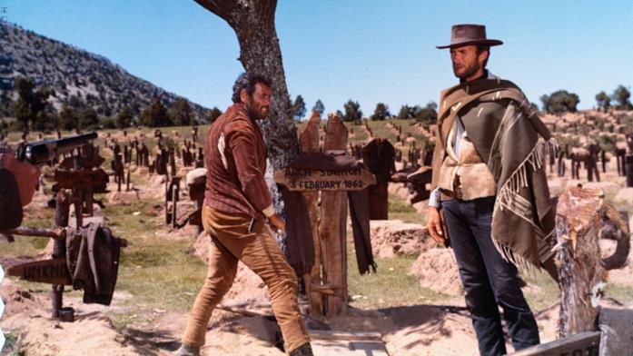 Eli Wallach e Clint Eastwood dinanzi alla bara di Arch Stanton