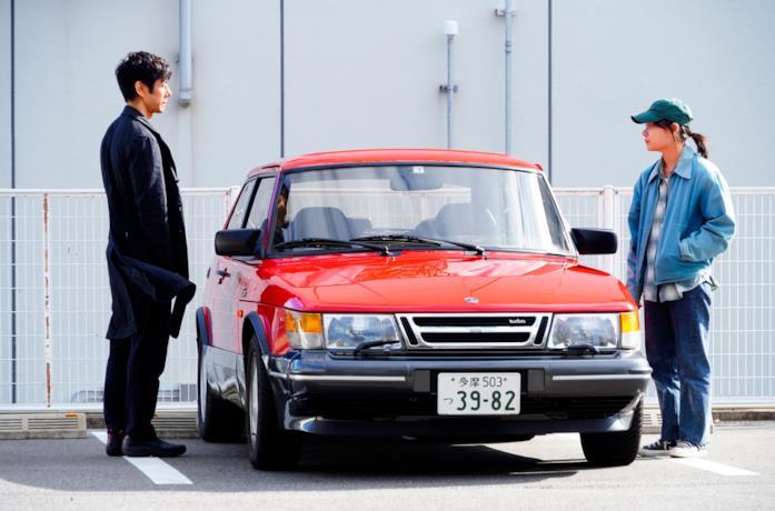 I due protagonisti di Drive My Car e l'auto rossa