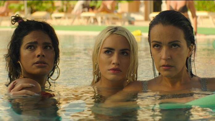 Le protagoniste di Sky Rojo in piscina