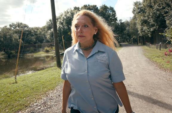 Carole Baskin in una scena della serie Tiger King
