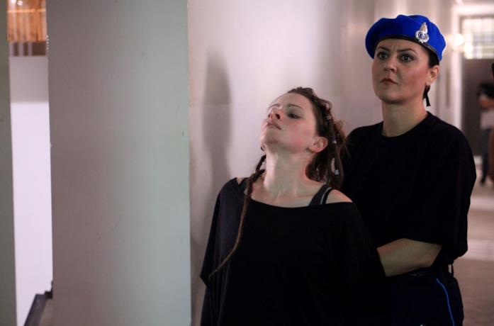 Jennifer Ulrich in una scena del film Diaz - Don't Clean Up This Blood