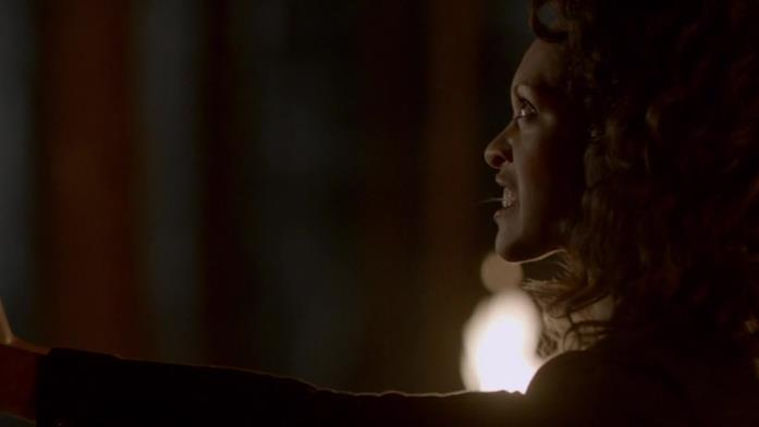 Cynthia Addai-Robinson in una scena di The Vampirre Diaries