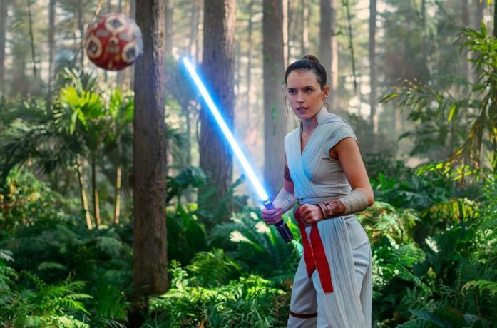 Daisy Ridley in una scena del film Star Wars: L'Ascesa di Skywalker