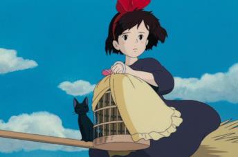 Kiki in volo sulla scopa per una consegna, insieme al gatto Jiji