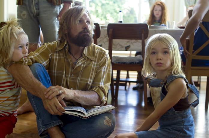 Viggo Mortensen con Annalise Basso e Charlie Shotwell in una scena del film Captain Fantastic