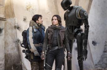 Felicity Jones tra Diego Luna e il drode K-2SO nel film Rogue One: A Star Wars Story