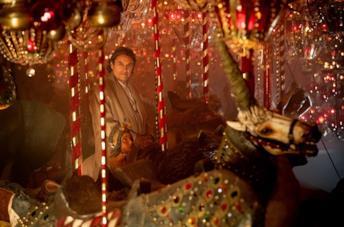 Ian McShane in una scena della serie TV American Gods