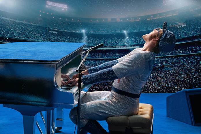 Taron Egerton nei panni di Elton John