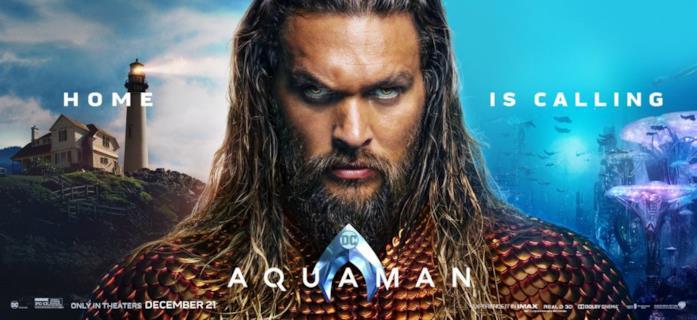 Poster pubblicitario con primo piano di Jason Momoa, un faro e il fondo del mare dietro di lui