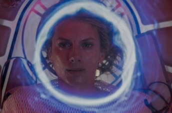 Un primo piano di Mélanie Laurent in una scena del film Oxygène