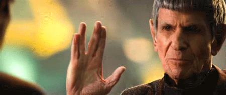 Un anziano Spock porge il saluto vulcaniano