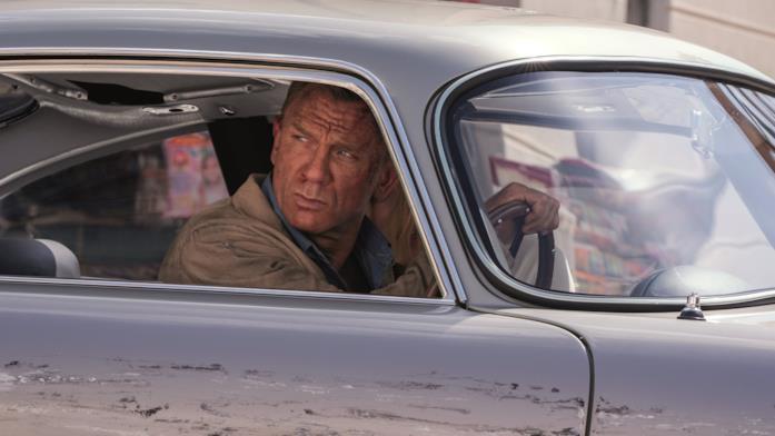 Daniel Craig in una macchina in No Time to Die