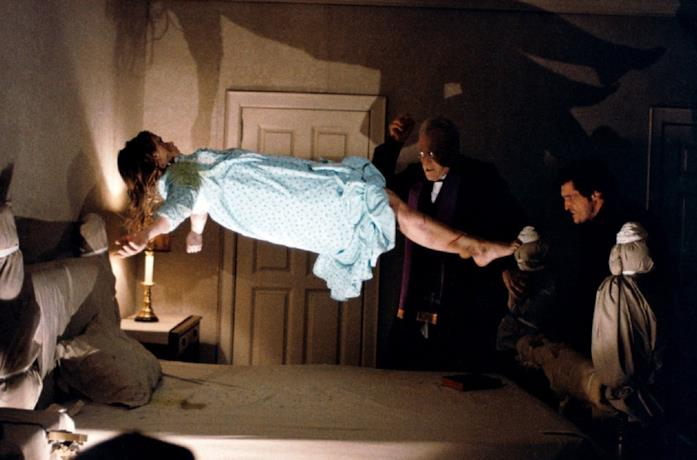 Una scena dal film L'esorcista con la bambina posseduta