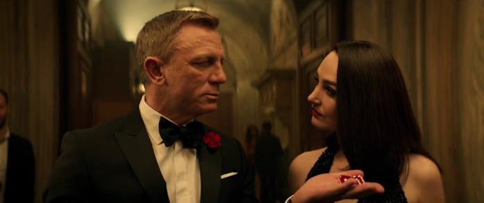 Daniel Craig è fortunato al casinò parodia di No Time to Die