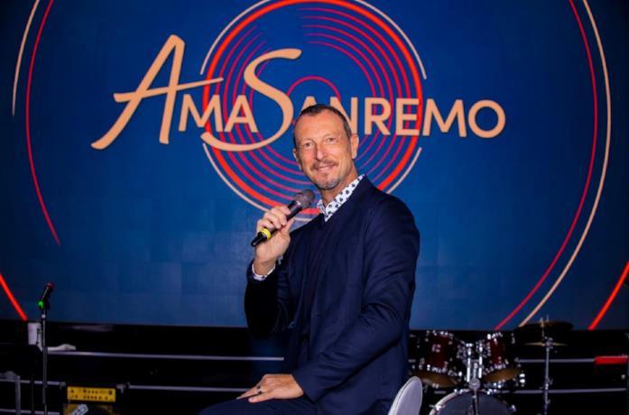 Amadeus con il microfono negli studi di AmaSanremo