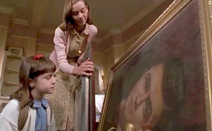 Una scena di Matilda 6 mitica con ritratto Roald Dahl