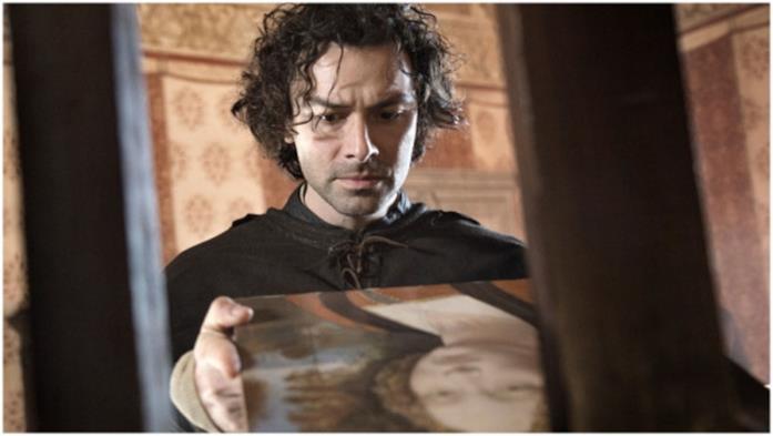 Un primo piano di Aidan Turner nella serie Leonardo