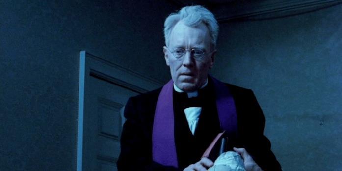 Il padre Lankester Merrin in una scena de L'esorcista
