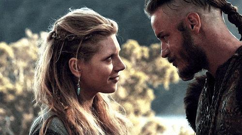 Katheryn Winnick e Travis Fimmel in una scena di Vikings