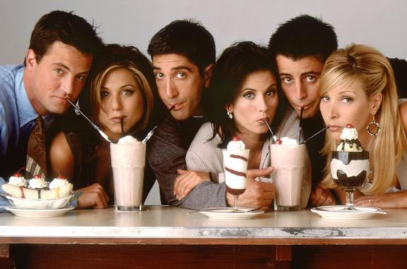 Rachel, Monica, Phoebe, Joey, Chandler e Ross bevono alcuni frullati