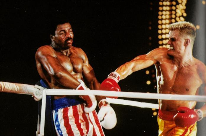 Carl Weathers e Dolph Lundgren in una scena di Rocky IV