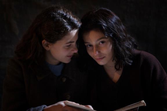 Lenù e Lila leggono un libro