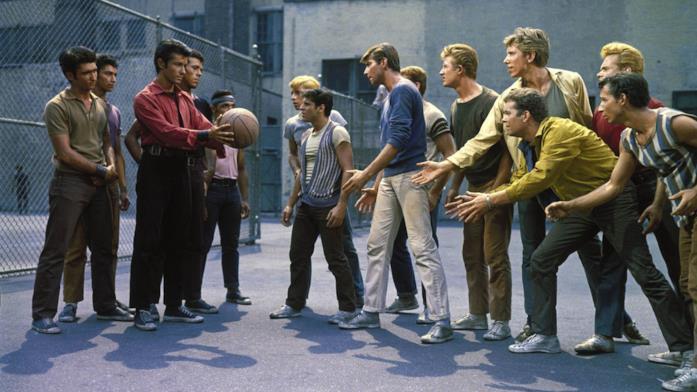 Le due fazioni di portoricani e bianchi in West Side Story