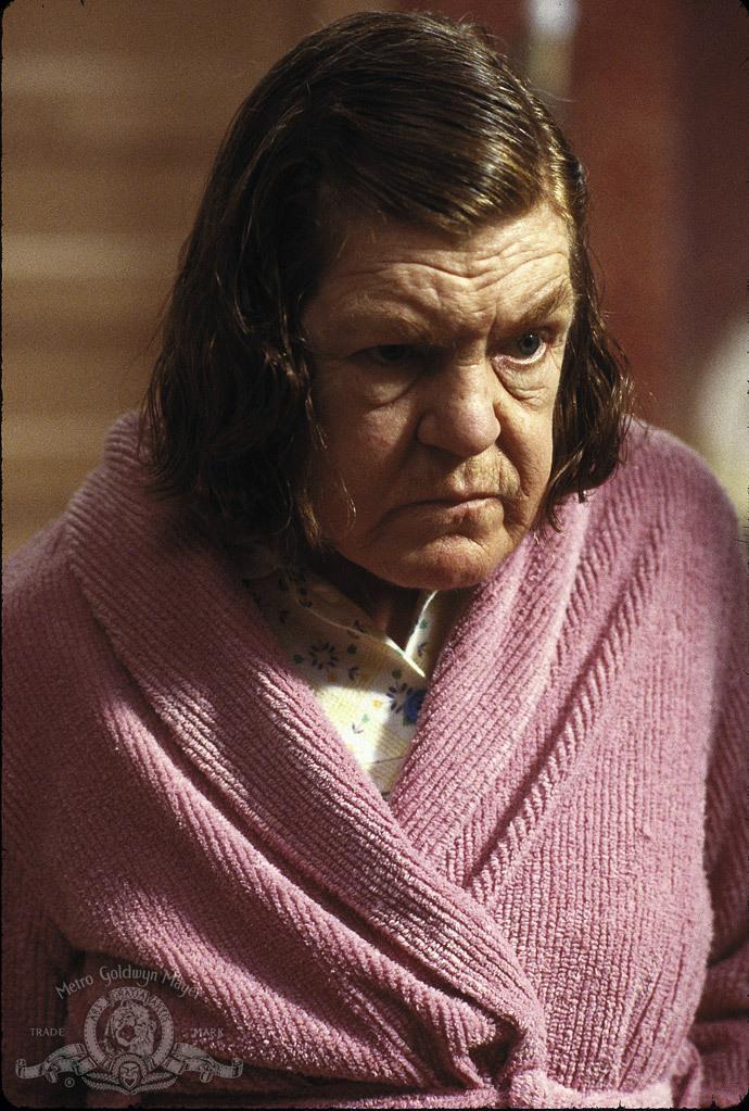 Anne Ramsay in Getta la mamma dal treno, con vestaglia rosa