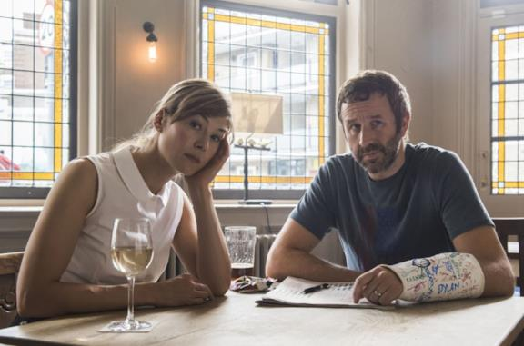 Rosamunde Pike e Chris O'Dowd in State of the Union