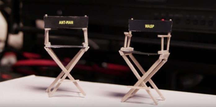 Le piccole sedie sul set di due grandi eroi
