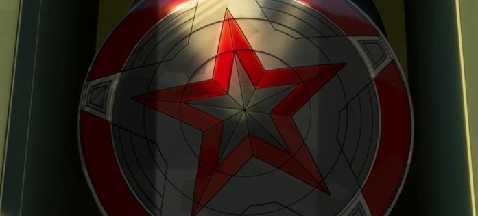 Uno scudo come quello di Capitan America ma con colori diversi, rosso e grigio