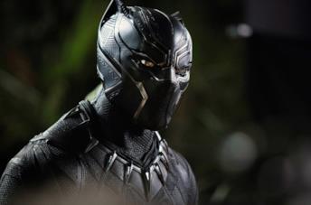 Un primo piano di Chadwick Boseman in una scena di Black Panther