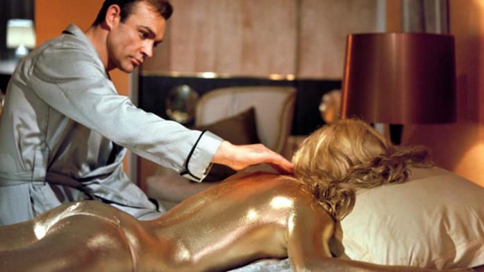 Sean Connery nella celebre scena della golden girl