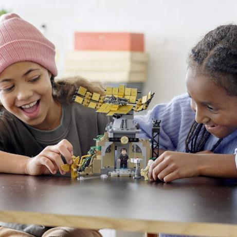 Due bambine giocano con il set LEGO di Wonder Woman 1984