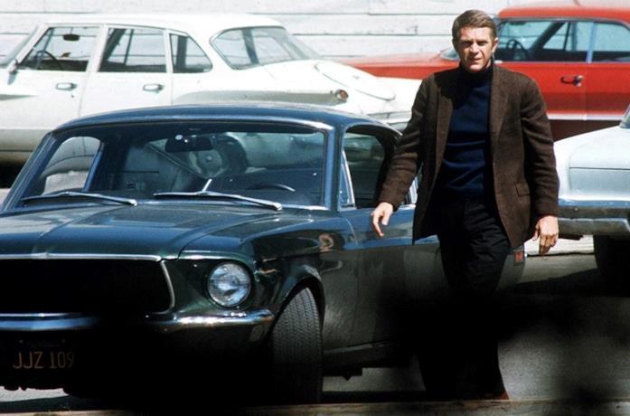 La Mustang guidata da Steve McQueen in una scena del film Bullitt