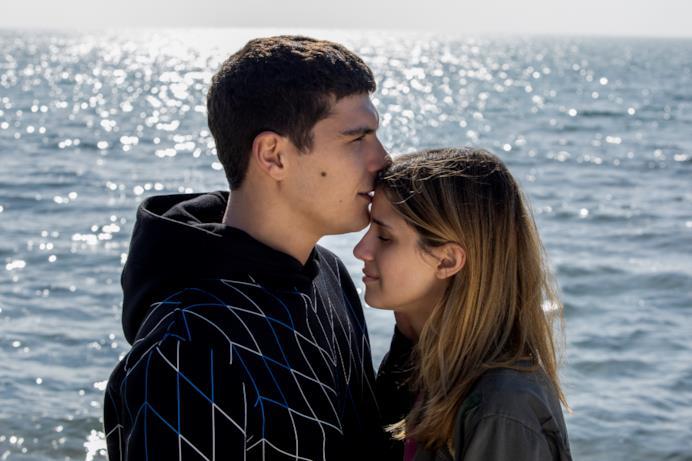 Chiara e Damiano si trovano vicino al mare