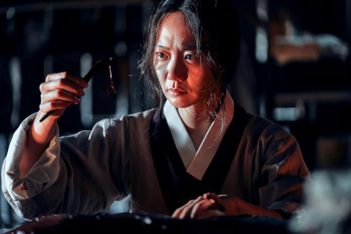 Doona Bae in una scena della serie Kingdom