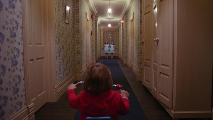 Danny sul triciclo incontra le gemelle in un corridoio dell'hotel