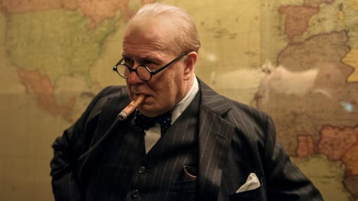 Gary Oldman nei panni di Winston Churchill ne L'ora più buia