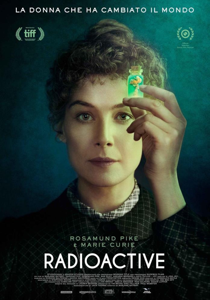 Rosamund Pike nel poster di Radioactive