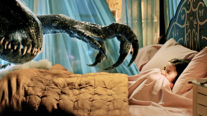 L'Indoraptor nella stanza di Maisie in una scena del film