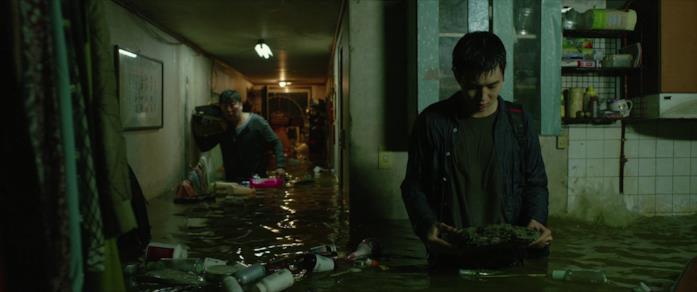Ki-woo salva la pietra dall'allagamento