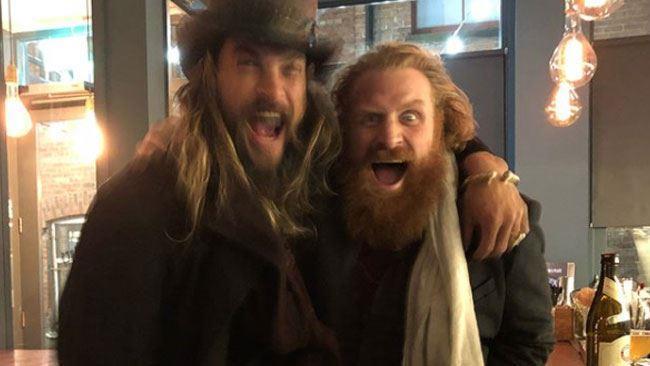 Fratelli per la barba: Momoa e Hivju dopo aver bevuto insieme in un pub di Belfast