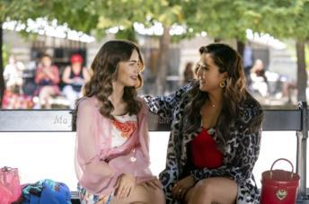Emily e Mindy nella seconda stagione di Emily in Paris