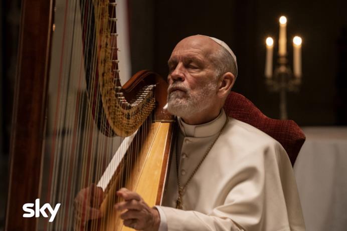John Malkovich suona l'arpa in The New Pope